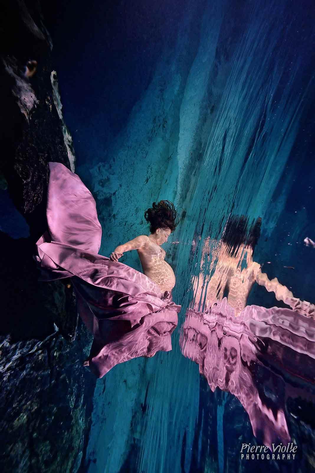 maternité: portrait sous l'eau en cenote. trash the dress sous l'eau en cenote de femme enceinte